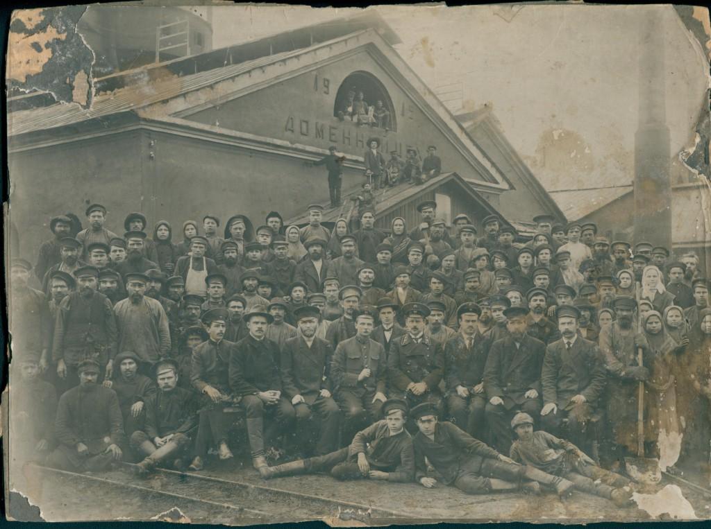Саткинский чугуноплавильный завод, рабочие и служащие.1914 г. В центре сидит В. А. Гассельблатт